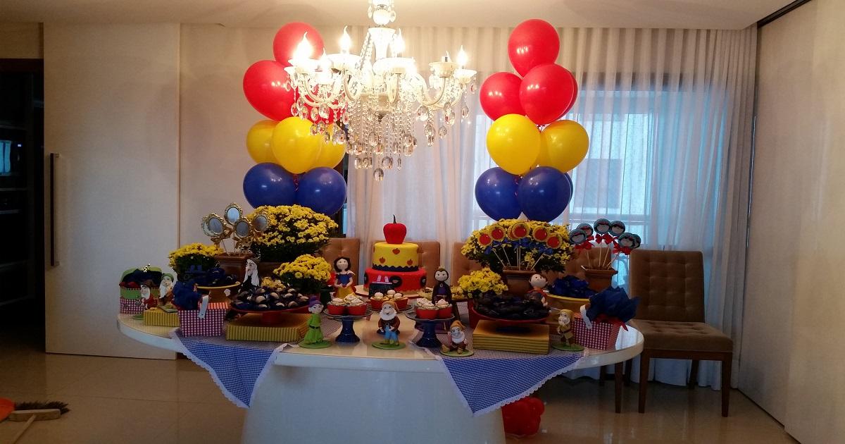 Decoração de mesa de festa utilizando balões a gás hélio
