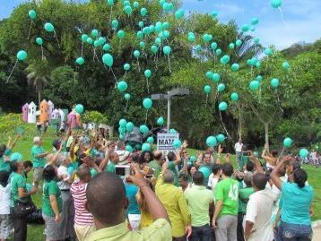 balões de latex verde com gas helio
